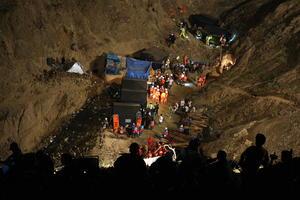 Aunque el derrumbe se produjo el 5 de abril a mediodía, los trabajos profesionales de rescate comenzaron dos días después con la participación de trabajadores de empresas mineras.