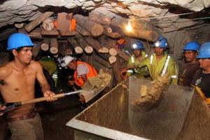 Los especialistas que llegaron a la mina tuvieron que construir un encofrado de madera en el túnel de acceso a la mina para evitar los constantes derrumbes que dificultaban el rescate.