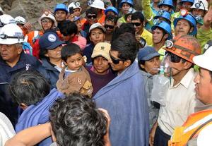 Los mineros, en aparente buen estado y con gafas de sol, y fueron recibidos por sus familiares, además de Humala.