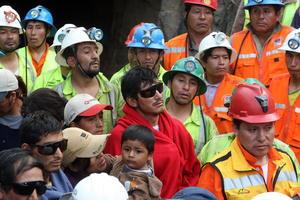Los mineros, en aparente buen estado y con gafas de sol, salieron del túnel principal de la mina poco después de las 07:00 de la mañana (12:00 GMT), y fueron recibidos por sus familiares, además de Humala y miembros de su gobierno.