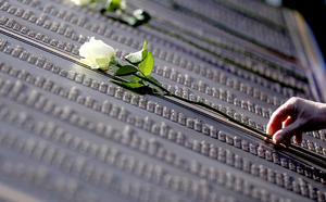 Durante el acto, 121 niños, estudiantes y cadetes de la Marina y Fuerza Aérea canadiense depositaron rosas en el mismo número de tumbas de las víctimas del naufragio que existen en Fairview Lawn, más que en ningún otro cementerio del mundo.