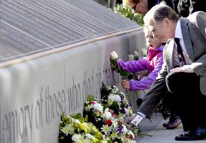 En  Halifax, Canadá, centenares de personas acudieron al cementerio Fairview Lawn para rendir tributo a las víctimas del naufragio que están enterradas en el camposanto.