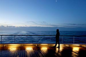 Los pasajeros salieron a la cubierta del MS Balmoral, que ha seguido el mismo trayecto del malogrado transatlántico.