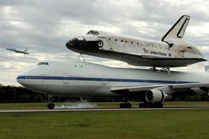 MHR04 CHANTILLY (ESTADOS UNIDOS) 17/4/2012.- El transbordador Discovery aterriza en el aeropuerto Internacional Dulles, tras sobrevolar Washington y entrar a formar parte del Museo Nacional del Aire y el Espacio, hoy, martes 17 de abril de 2012. El Discovery planeó acoplado sobre el Boeing 747 modificado de la NASA durante unos 40 minutos sobre la capital estadounidense y sus principales monumentos y edificios. Numerosas personas se lanzaron a las terrazas y a las calles para ver el transbordador que batió el récord de viajes al espacio. EFE/Michael Reynolds