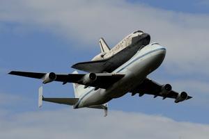 MHR07 CHANTILLY (ESTADOS UNIDOS) 17/4/2012.- El transbordador Discovery sobrevuela Washington, en su último viaje antes de aterrizar en el aeropuerto internacional Dulles, en las afueras de la capital de EE.UU., y entrar a formar parte del Museo Nacional del Aire y el Espacio, hoy, martes 17 de abril de 2012. El Discovery planeó acoplado sobre el Boeing 747 modificado de la NASA durante unos 40 minutos sobre la capital estadounidense y sus principales monumentos y edificios. Numerosas personas se lanzaron a las terrazas y a las calles para ver el transbordador que batió el récord de viajes al espacio. EFE/Michael Reynolds