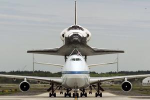 MHR10 CHANTILLY (ESTADOS UNIDOS) 17/4/2012.- El transbordador Discovery tras aterrizar en el aeropuerto internacional Dulles, en las afueras de la capital de EE.UU., y entrar a formar parte del Museo Nacional del Aire y el Espacio, hoy, martes 17 de abril de 2012. El Discovery planeó acoplado sobre el Boeing 747 modificado de la NASA durante unos 40 minutos sobre la capital estadounidense y sus principales monumentos y edificios. Numerosas personas se lanzaron a las terrazas y a las calles para ver el transbordador que batió el récord de viajes al espacio. EFE/Michael Reynolds
