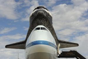 MHR09 CHANTILLY (ESTADOS UNIDOS) 17/4/2012.- El transbordador Discovery tras aterrizar en el aeropuerto internacional Dulles, en las afueras de la capital de EE.UU., y entrar a formar parte del Museo Nacional del Aire y el Espacio, hoy, martes 17 de abril de 2012. El Discovery planeó acoplado sobre el Boeing 747 modificado de la NASA durante unos 40 minutos sobre la capital estadounidense y sus principales monumentos y edificios. Numerosas personas se lanzaron a las terrazas y a las calles para ver el transbordador que batió el récord de viajes al espacio. EFE/Michael Reynolds