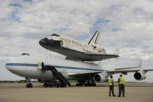 MHR08 CHANTILLY (ESTADOS UNIDOS) 17/4/2012.- El transbordador Discovery tras aterrizar en el aeropuerto internacional Dulles, en las afueras de la capital de EE.UU., y entrar a formar parte del Museo Nacional del Aire y el Espacio, hoy, martes 17 de abril de 2012. El Discovery planeó acoplado sobre el Boeing 747 modificado de la NASA durante unos 40 minutos sobre la capital estadounidense y sus principales monumentos y edificios. Numerosas personas se lanzaron a las terrazas y a las calles para ver el transbordador que batió el récord de viajes al espacio. EFE/Michael Reynolds