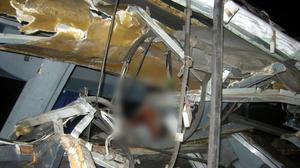 La plataforma de un tráiler se desprendió e impactó contra un autobús de pasajeros.