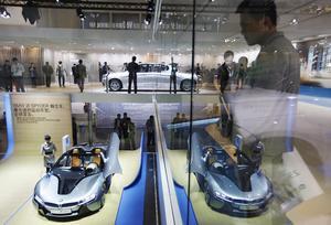 Unos visitantes observan el prototipo BMW i8 Spyder en el Salón del Automóvil de China.