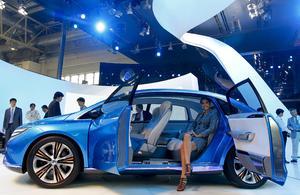 Una modelo posa en el interior de un prototipo eléctrico de la marca Denza en el Salón del Automóvil de China.