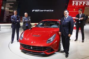 El director ejecutivo de Ferrari, Amadeo Felisa , posa junto a miembros del equipo directivo de la marca italiana durante la presentación del modelo de calle F12 Berlinetta.