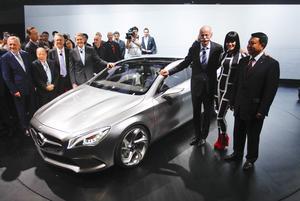 El consejero delegado de Daimler AG, Dieter Zetsche (3d), la cantautora británica Jessie J. (2d) y miembros del equipo directivo de Mercedes-Benz posan durante la presentación del prototipo Style Coupé de Mercedes en el Salón del Automóvil de China.