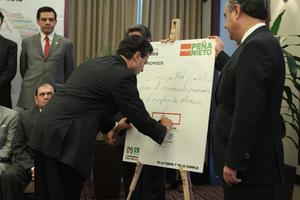 El candidato presidencial de la coalición Compromiso por México, Enrique Peña Nieto, firmó un compromiso con integrantes del Consejo Consultivo Empresarial para el Crecimiento Económico y el Empleo, en la ciudad de México.