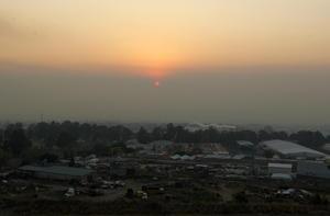 Con una densa capa de humo, que derivó en una precontingencia ambiental, amaneció esta mañana de miércoles la zona metropolitana de Guadalajara por el incendio sin control en el bosque La Primavera.