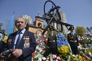 El presidente ucraniano, Victor Yanukovich, presionó un botón simbólico dando inicio a los trabajos en la antigua central nuclear, en presencia de obreros y embajadores de países que contribuyeron al proyecto, que tiene un costo de 935 millones de euros.