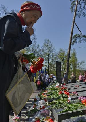 Una viuda sostiene un retrato de su marido durante una ceremonia en memoria de las víctimas de la catástrofe nuclear de Chernóbil en Kiev, Ucrania.