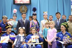 Los astronautas comparecen ante los medios en Kostanay, Kazajistán, después de aterrizar hoy sin contratiempos. (EFE)