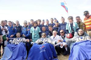 El norteamericano Dan Burbank (Izq) y los rusos Anton Shkaplerov (C) y Anatoly Ivanishin (Dcha) descansan después del aterrizaje de la nave rusa. (EFE)
