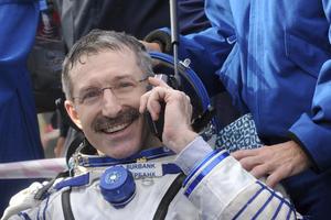 Burbank habla por teléfono después del aterrizaje este viernes en Kazajistán. (EFE)