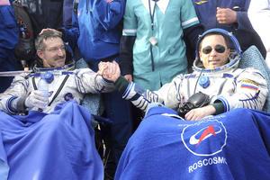 Dan Burbank y  Anton Shkaplerov descansan después del aterrizaje. (EFE)
