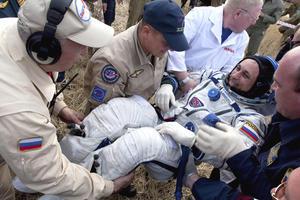 Tras aterrizar en un área remota a las afueras de Arkalyk, en Kazajistán, personal de la agencia espacial rusa ayudan al astronauta ruso Anton Shkaplerov a salir del módulo de descenso de la nave rusa Soyuz TMA-22.