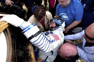 Personal de la agencia espacial rusa ayudan al astronauta estadounidense Dan Burbank a salir del módulo de descenso de la Soyuz TMA-22. EFE