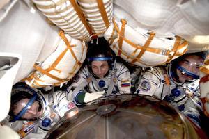 Los astronautas, Daniel Burbank, Anton Shkaplerov y Anatoly Ivanishin en el interior de la nave rusa antes de aterrizar. EFE