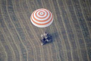 El módulo de descenso de la nave rusa Soyuz TMA-22 aterriza en un área remota a las afueras de Arkalyk. EFE