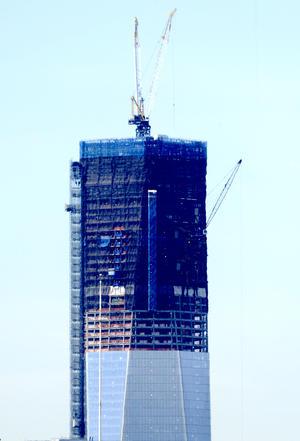 El inmueble cuenta con algunos elementos de diseño característicos destinados a protegerla de futuros ataques terroristas, como una base de concreto sin ventanas de 56 metros diseñada para soportar camiones bomba, paredes gruesas de concreto en todas las escaleras y ascensores, así como escaleras específicamente para bomberos.