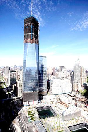 El edificio se encuentra justo al norte de donde las Torres Gemelas estuvieron erguidas alguna vez, en un espacio que ahora ocupa el Museo y Memorial del 11 de septiembre.