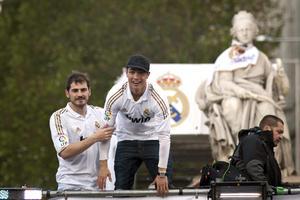Cristiano Ronaldo e Iker Casillas, dos de los emblemas del Real Madrid durante esta temporada, que cierran con el título en las manos.(EFE)