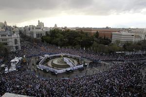 Más de 25 mil aficionados acudieron a las celebraciones del campeonato de Liga 2011-12 conquistado por el Real Madrid. (EFE)