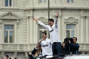 Cristiano Ronaldo e Iker Casillas festejan después de una larga temporada, la cual se disputó hasta las últimas jornadas con el Barcelona.(EFE)