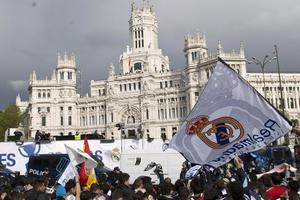 Los aficionados se dieron cita para festejar al lado de sus ídolos, en el emblemático lugar para los madristas. (EFE)