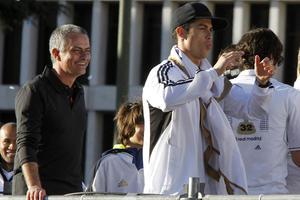 La dupla portuguesa, el entrenador del Real Madrid, José Mourinho y el delantero Cristiano Ronaldo, a su llegada a la plaza de Cibeles, donde históricamente se festejan los títulos de los 'merengues'.(EFE)