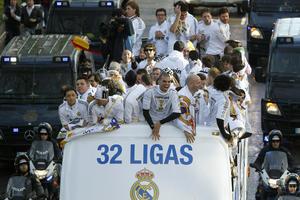 Los jugadores festejaron el título de Liga número 32 que consigue el Real Madrid en su historia. (EFE)