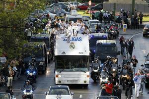 El autobús circuló por las calles de Madrid, donde eran apoyados por los aficionados 'merengues'.(EFE)
