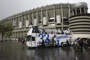 El autobús del Real Madrid abandona el estadio Santiago Bernabéu con destino a la plaza de Cibeles. (EFE)