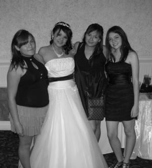 SRITA. PALOMA  de María Ramírez Mcvey en su fiesta de XV años, acompañada por sus amigas Joanna y Jenny Solís Casillas, y Melissa Rojas Estrella.