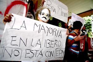 Algunos jóvenes utilizaron máscaras con el rostro del ex presidente Carlos Salinas de Gortari, con el que se acusa tiene una relación cercana.
