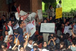 """Después de una hora con 45 minutos que duró el encuentro, Peña Nieto se retiró del Auditorio de la Universidad Iberoamericana entre gritos de """"¡Fuera, fuera!"""", """"¡Atenco no se olvida!"""", """"¡Se ve, se siente, Peña delincuente!""""."""