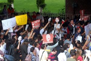 Pese las críticas, en el auditorio había un grupo de jóvenes que gritaban ¡Peña presidente!.