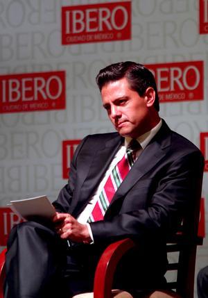 """""""¡Ladron, ve a hablarle a Salinas!"""", le gritaron a Peña Nieto, quien se mantuvo con un semblante serio."""