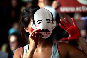 Los alumnos también mostraron al exgobernador mexiquense, máscaras de papel con el rostro del expresidente Carlos Salinas de Gortari, a quien acusan de estar muy cerca de Peña Nieto.