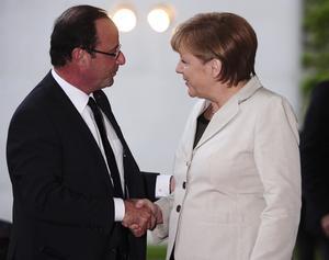 Hollande emprendió viaje a Berlín pocas horas después de tomar posesión de su cargo y fue recibido por la canciller alemana, Angela Merkel.