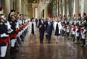 El último capítulo de los actos de investidura del presidente tuvo lugar en el ayuntamiento de París, donde le esperaban cientos de seguidores y el alcalde de la ciudad, el socialista Bertrand Delanoe, para un discurso de acogida.