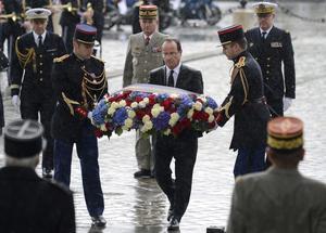 Hollande colocó una ofrenda floral en el Arco de Triunfo.