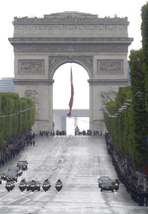 El nuevo presidente de Francia, François Hollande, se trasladó en un vehículo por los Campos Elíseos de París tras haber sido investido oficialmente como jefe del Estado en Francia.