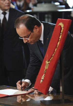 Como es tradición en Francia, desde la época monárquica, en la ceremonia de protesta, celebrada en la sala de Fiestas del Elíseo, Hollande recibió de manos de un general el collar de Gran Maestro de la Legión de honor, símbolo de los jefes de Estado franceses.